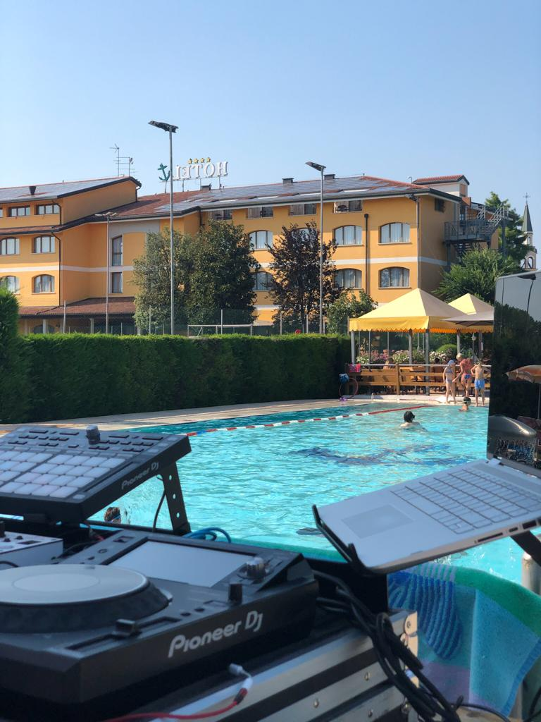 Ancora Sport Hotel piscina esterna dj