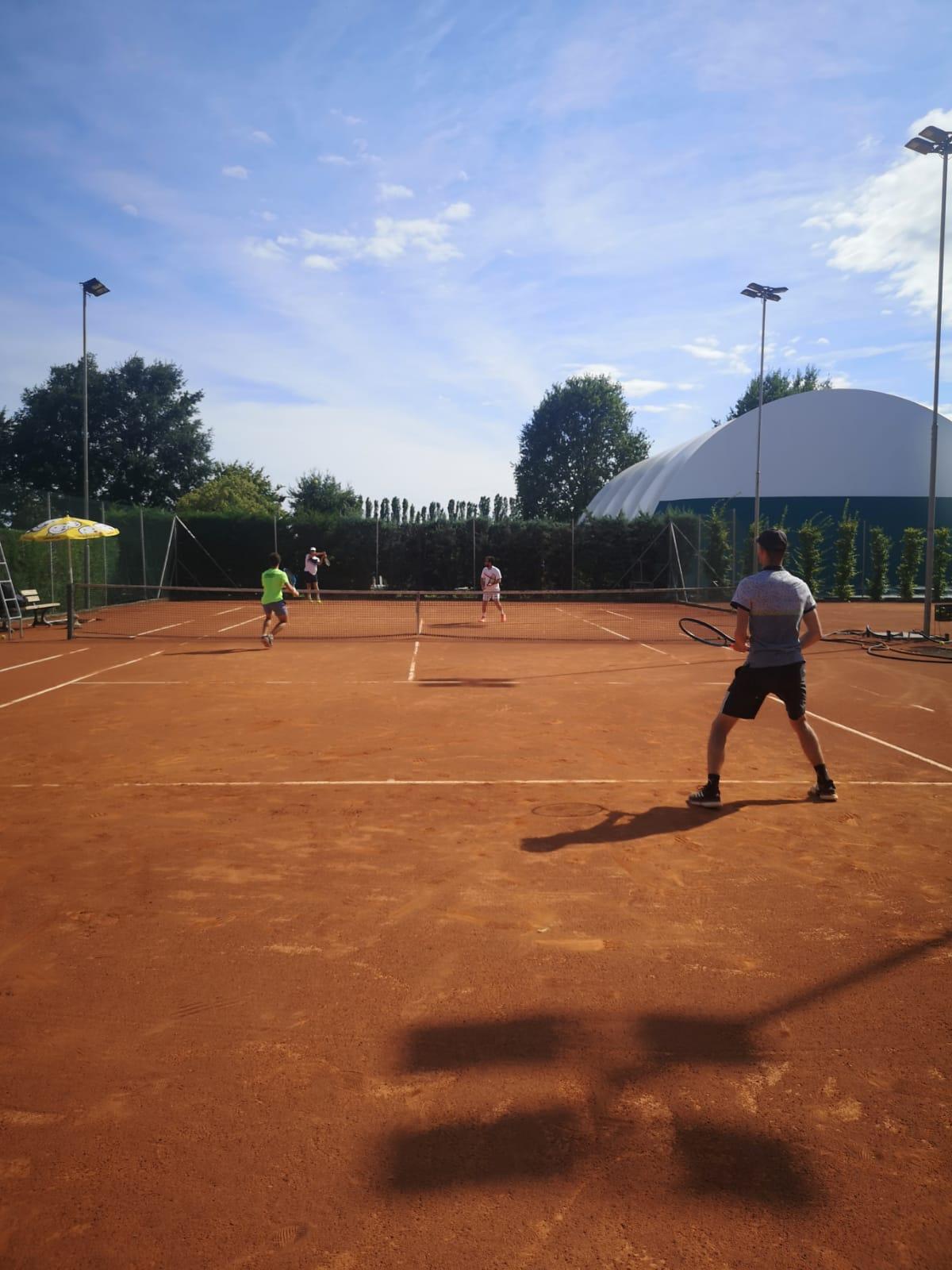 Ancora Sport Hotel campo tennis esterno giocatori